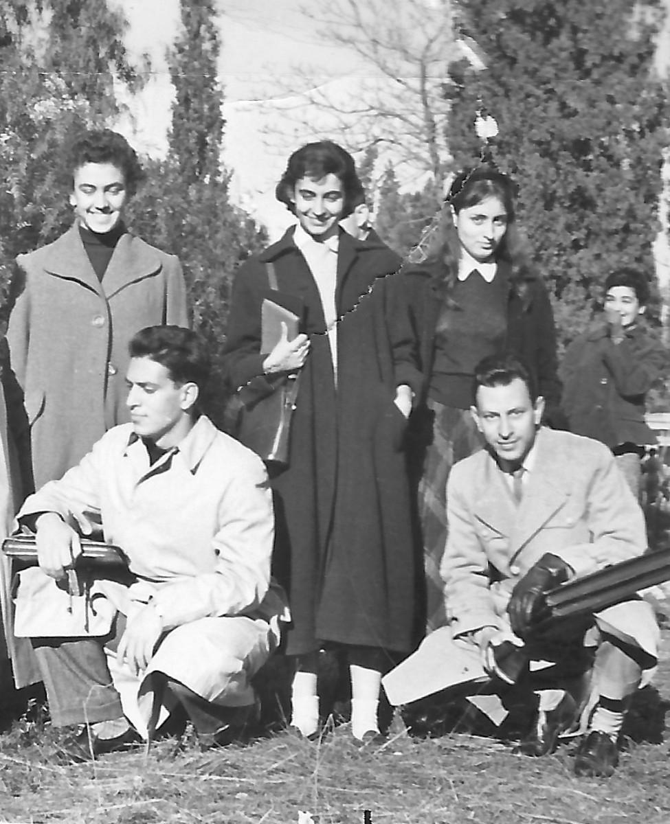 Εικ. 4. Πανεπιστημιακά χρόνια. Στη μέση η Έφη Σαπουνά, δεξιά η Μαρίνα Καραγάτση. Καθισμένος αριστερά ο Γιάννης Σακελλαράκης.