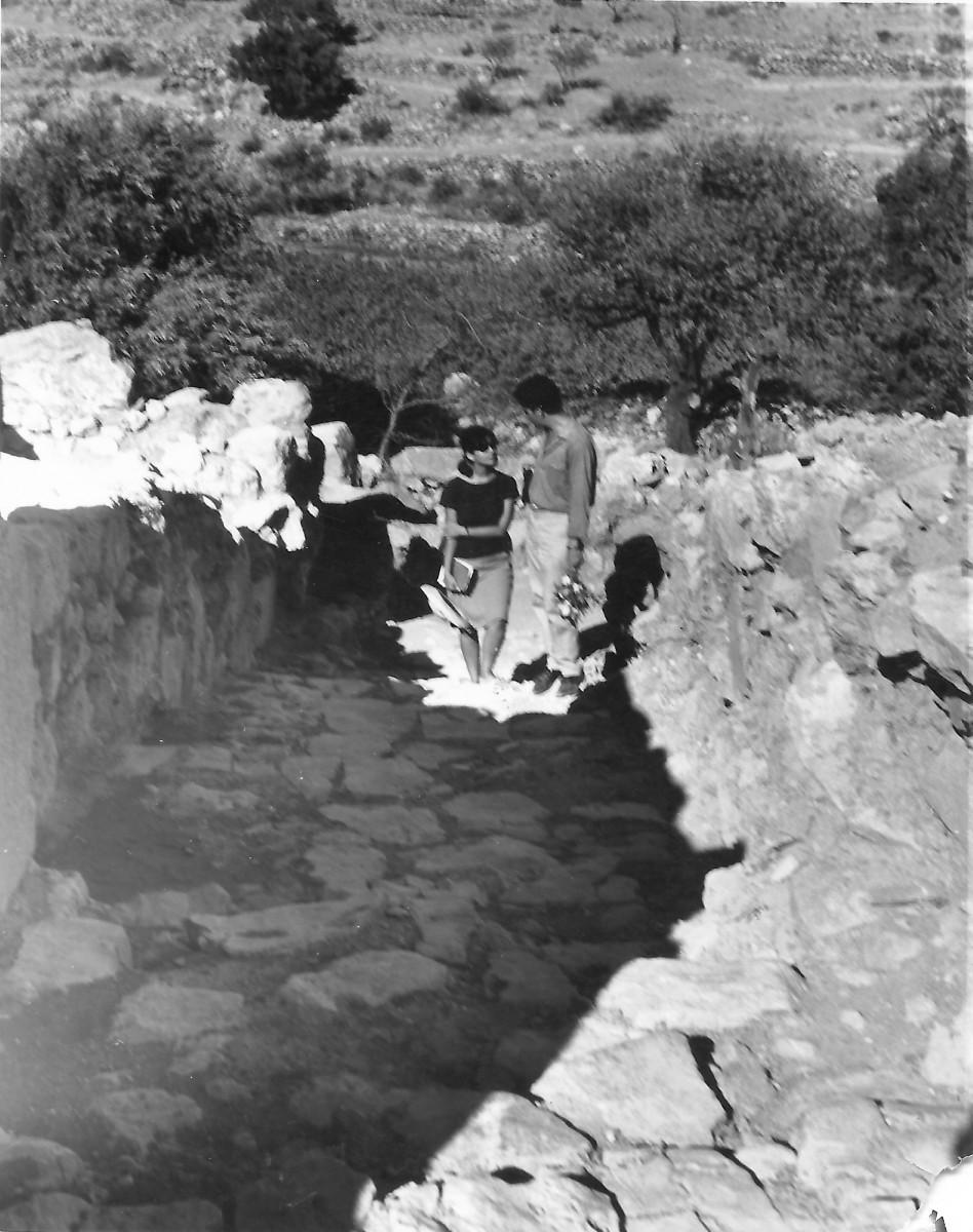 Εικ. 6. Το ζεύγος Σακελλαράκη στην ανασκαφή. Ζάκρος, 1963.