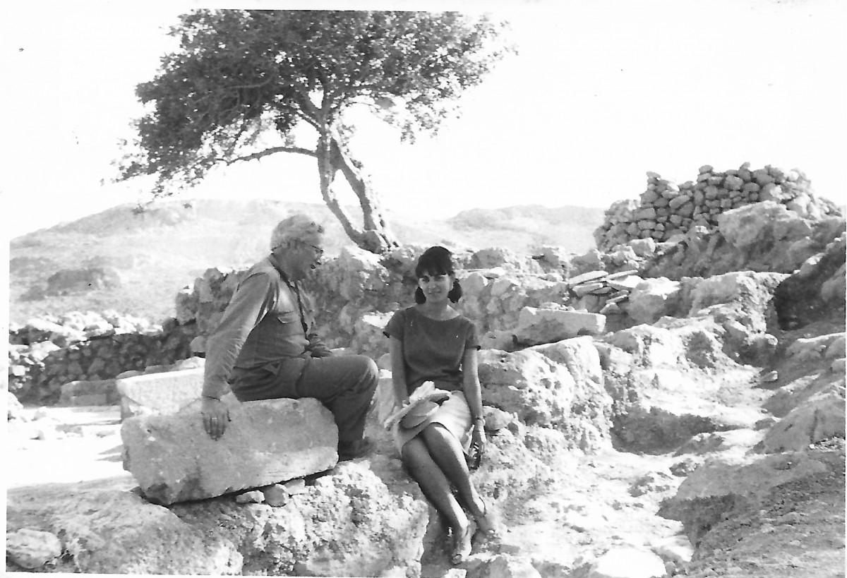 Εικ. 7. Η Έφη Σαπουνά-Σακελλαράκη με τον Νικόλαο Πλάτωνα. Ζάκρος, 1963.
