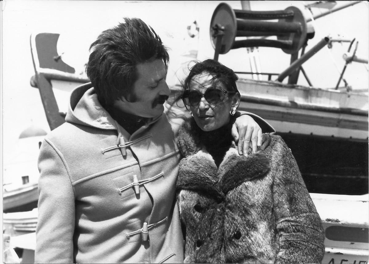 Εικ. 10. Το ζεύγος Σακελλαράκη στη Μύκονο, 1972 (φωτ.: Λουκάς Μπενάκης).
