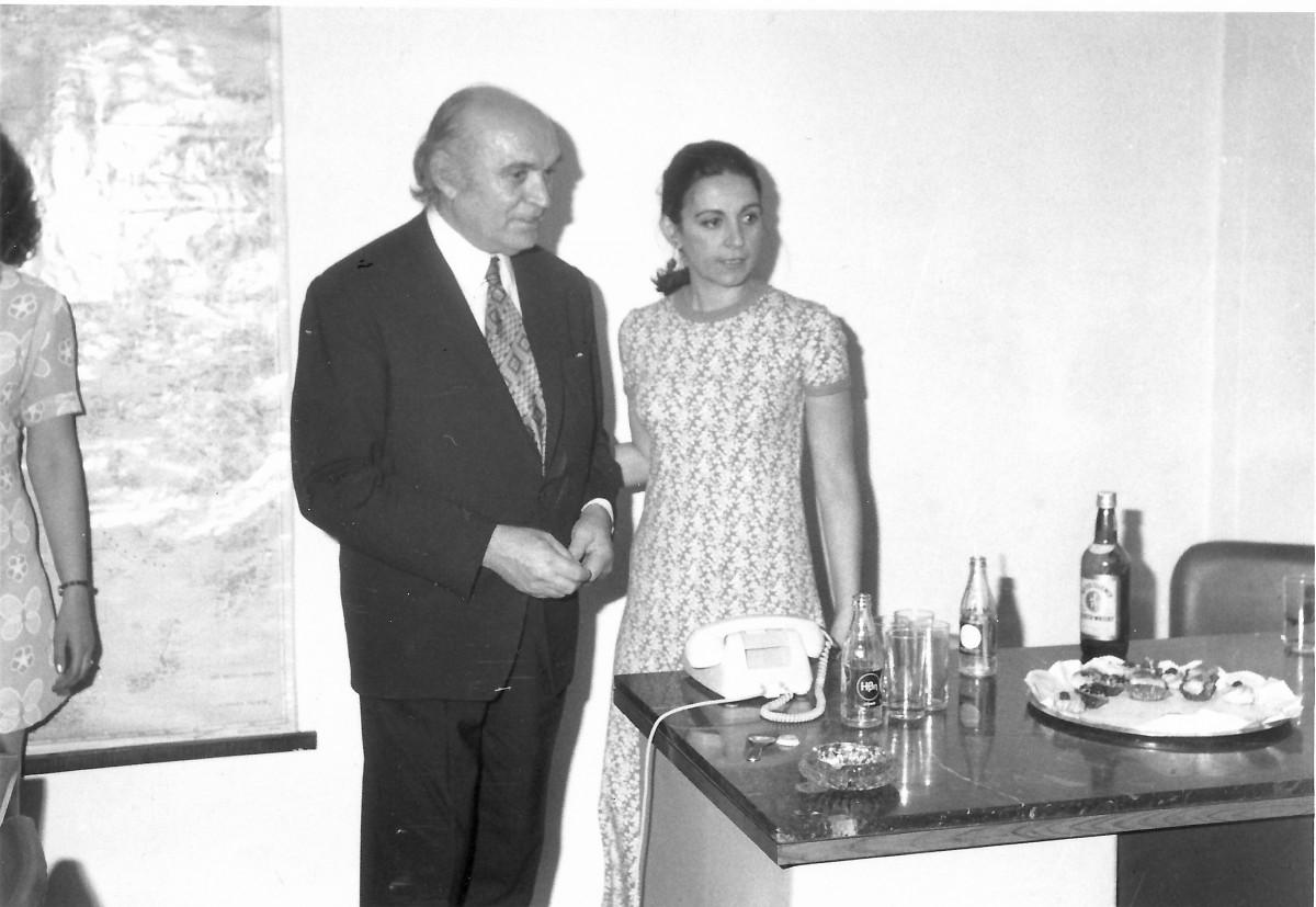 Εικ. 11. Η Έφη Σαπουνά-Σακελλαράκη με τον πατέρα της, Μιλτιάδη Σαπουνά, στο γραφείο του, 1973.
