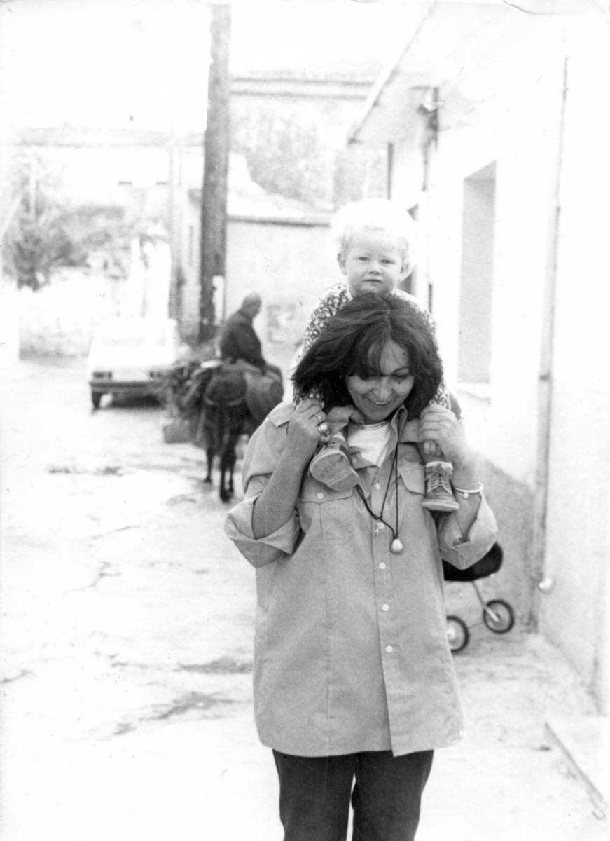 Εικ. 12. Η Έφη Σαπουνά-Σακελλαράκη με το βαφτιστήρι του ζεύγους, Wilhelm, Adolf, Ροίκο, Θεόδωρο Furtwängler. Αρχάνες, δεκαετία '80.