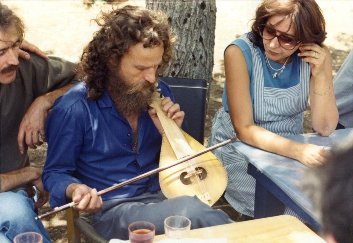 Εικ. 17. Έφη Σαπουνά-Σακελλαράκη και Ψαραντώνης στο Ιδαίο άντρο, 1985.