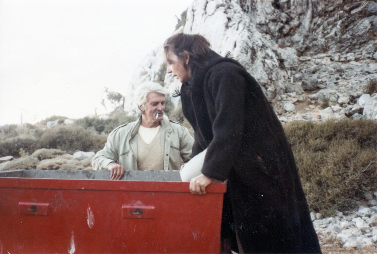 Εικ. 18. Η Έφη Σαπουνά-Σακελλαράκη με κάπα βοσκού («γαμπάς») και ο Γιάννης Σακελλαράκης στο «σιδηρόδρομο» του Ιδαίου άντρου, Αύγουστος 1985.