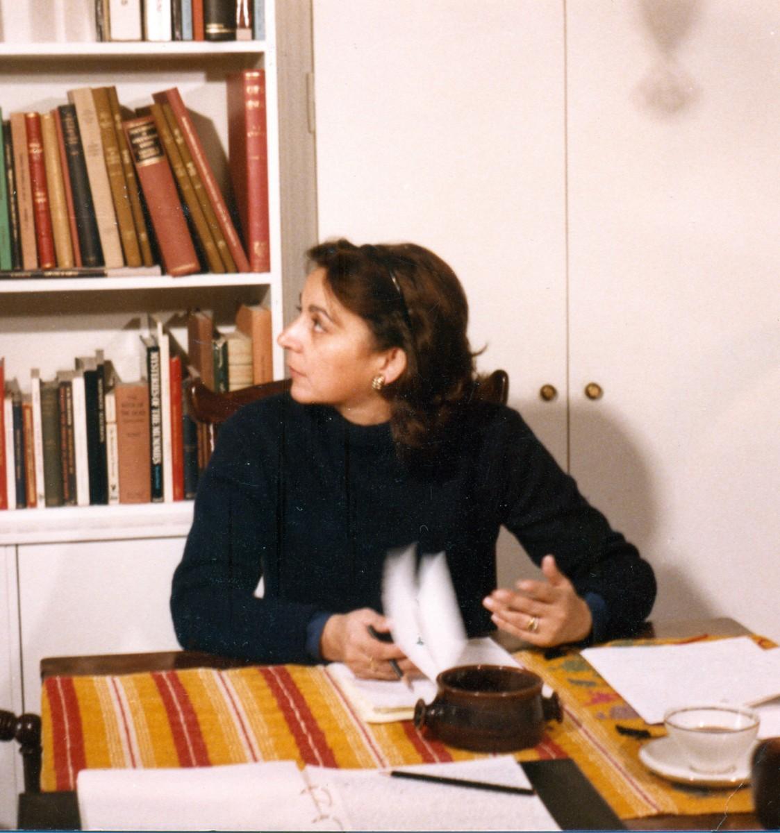 Εικ. 1. Η Έφη Σαπουνά-Σακελλαράκη στο σπίτι της Δροσιάς, 1985 (φωτ.: Γιώργος Σγουράκης).