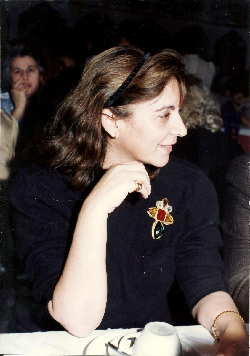 Εικ. 19. Η Έφη Σαπουνά-Σακελλαράκη σε τιμητική εκδήλωση για τον πατέρα της, Μιλτιάδη Σαπουνά, το 1989.