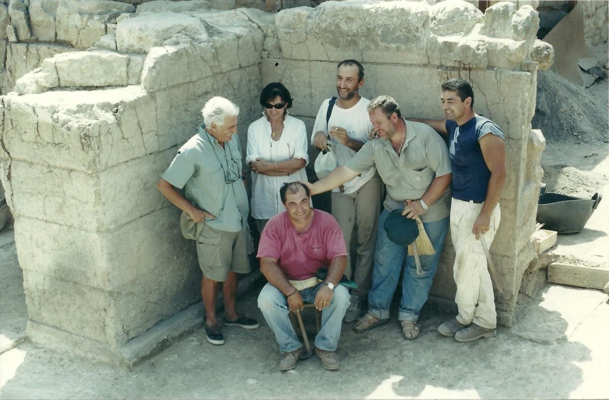 Εικ. 26. Ανάκτορο Αρχανών. Το ζεύγος Σακελλαράκη με εργάτες της ανασκαφής.