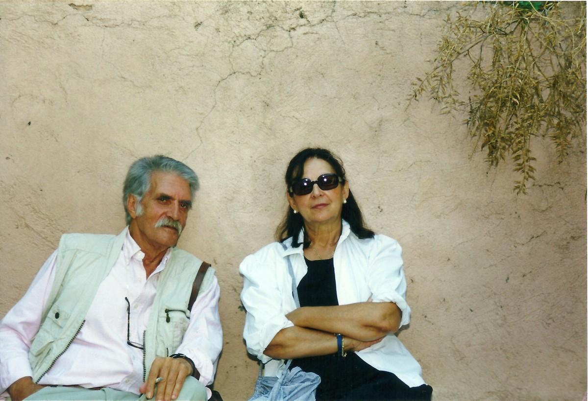 Εικ. 28. Το ζεύγος Σακελλαράκη στην αυλή του Μουσείου των Αρχανών, 1996.