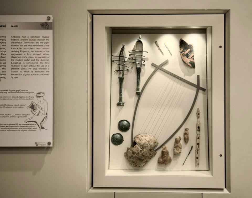 Αναπαράσταση της λύρας σε προθήκη του Αρχαιολογικού Μουσείου Άρτας.