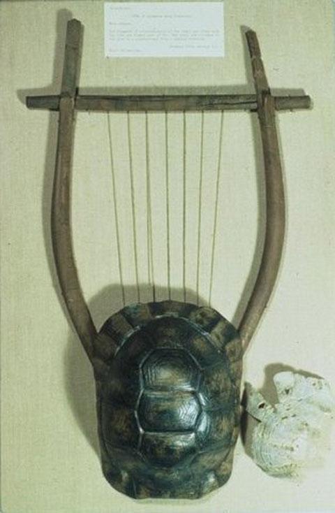 Αποκατεστημένη λύρα, 5ος ή 4ος αι. π.Χ. Συλλογή Έλγιν, Βρετανικό Μουσείο.