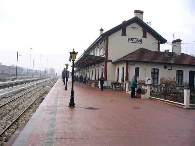 Ο σιδηροδρομικός σταθμός Δράμας περιλαμβάνει τουλάχιστον 30 κτίσματα πολλών περιόδων.