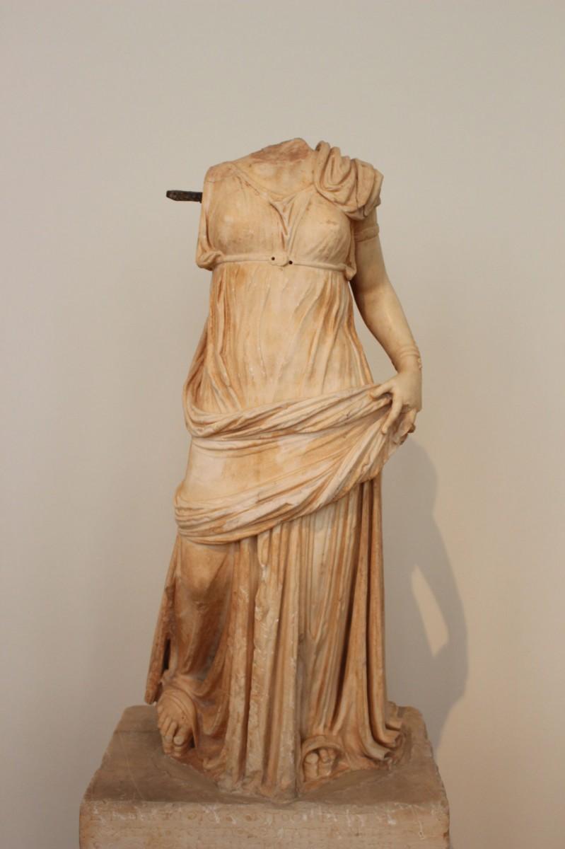 Μαρμάρινο άγαλμα γυναικείας μορφής, ΕΑΜ - Τμήμα Έργων Γλυπτικής, αρ. ευρ. 710