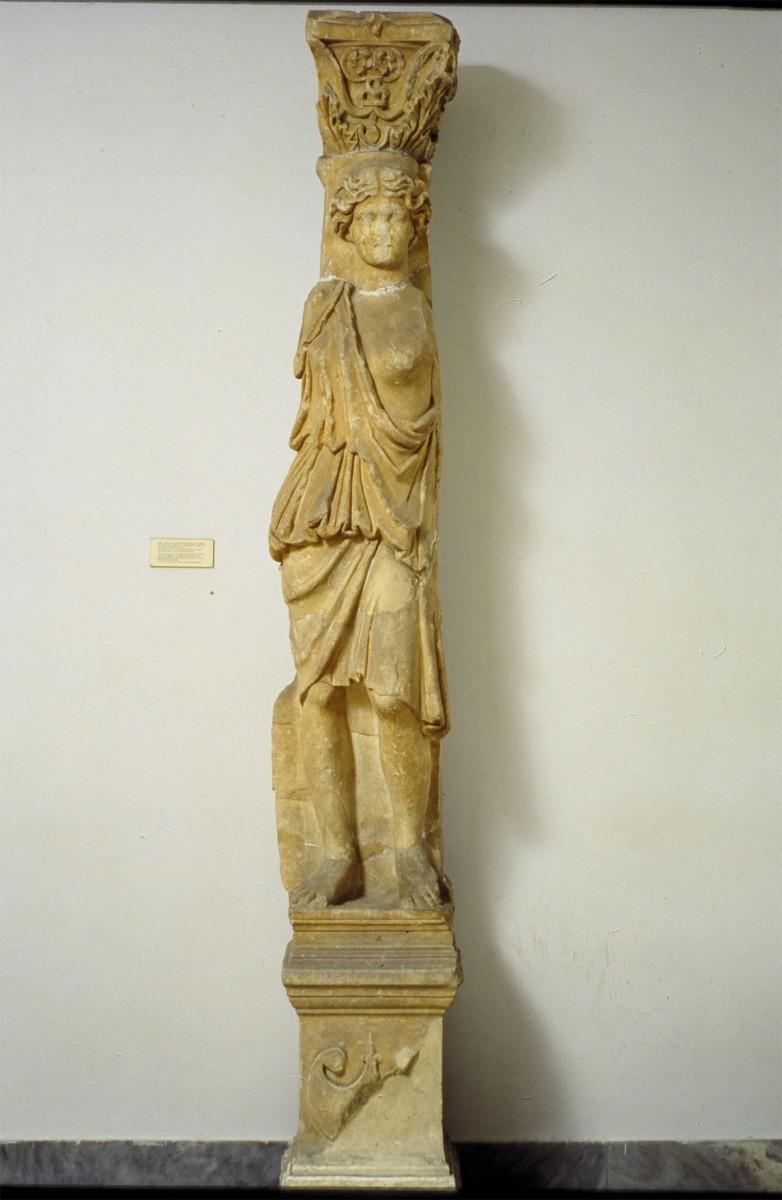 Παραστάδα με άγαλμα Αμαζόνας-Καρυάτιδας που εκτίθεται στην Αίθουσα 19 του Εθνικού Αρχαιολογικού Μουσείου (αριθ. ευρ. 705). Φωτ. Εθνικό Αρχαιολογικό Μουσείο.
