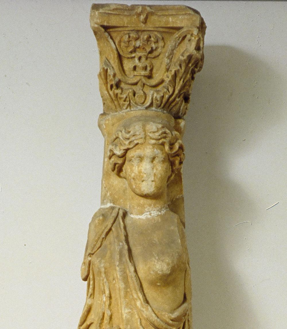 Στη μύτη, τα μάτια και το στόμα, αναγνωρίζεται ότι πρόκειται για ρωμαϊκό έργο της περιόδου των Αντωνίνων αυτοκρατόρων. Φωτ. Εθνικό Αρχαιολογικό Μουσείο.