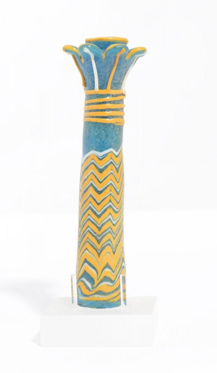 Αγγείo σε μορφή φοινικόσχημου κίονα για την μαύρη βαφή (κο[χ]λ) των ματιών, ΕΑΜ - Συλλογή Προϊστορικών, Αιγυπτιακών, Κυπριακών και Ανατολικών Αρχαιοτήτων, αρ. ευρ. Αιγ. 933