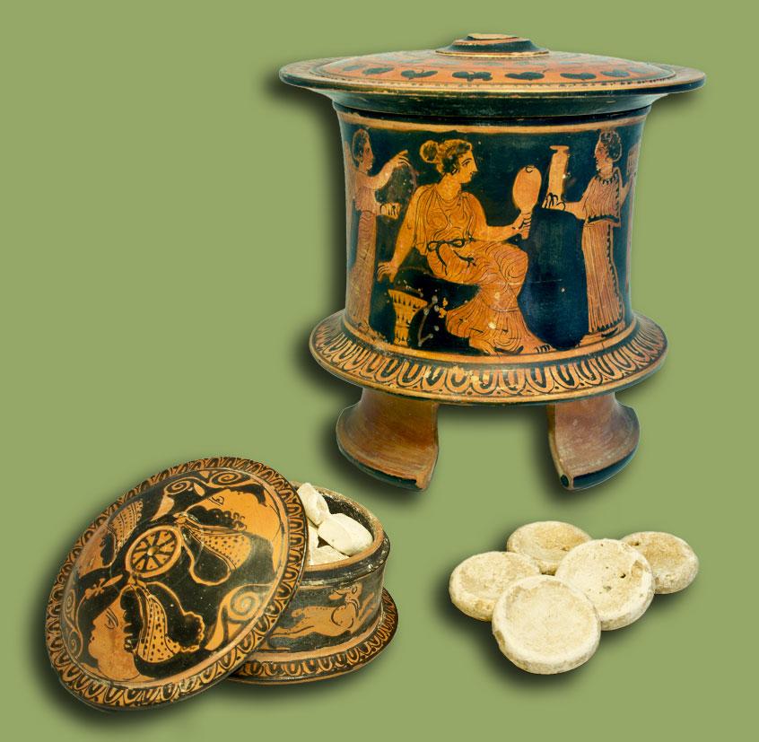 Δύο πήλινες πυξίδες με το πώμα τους, ΕΑΜ - Τμήμα Συλλογής Αγγείων και Έργων Μικροτεχνίας και Μεταλλοτεχνίας, αρ. ευρ. 13676 α και 13676 β