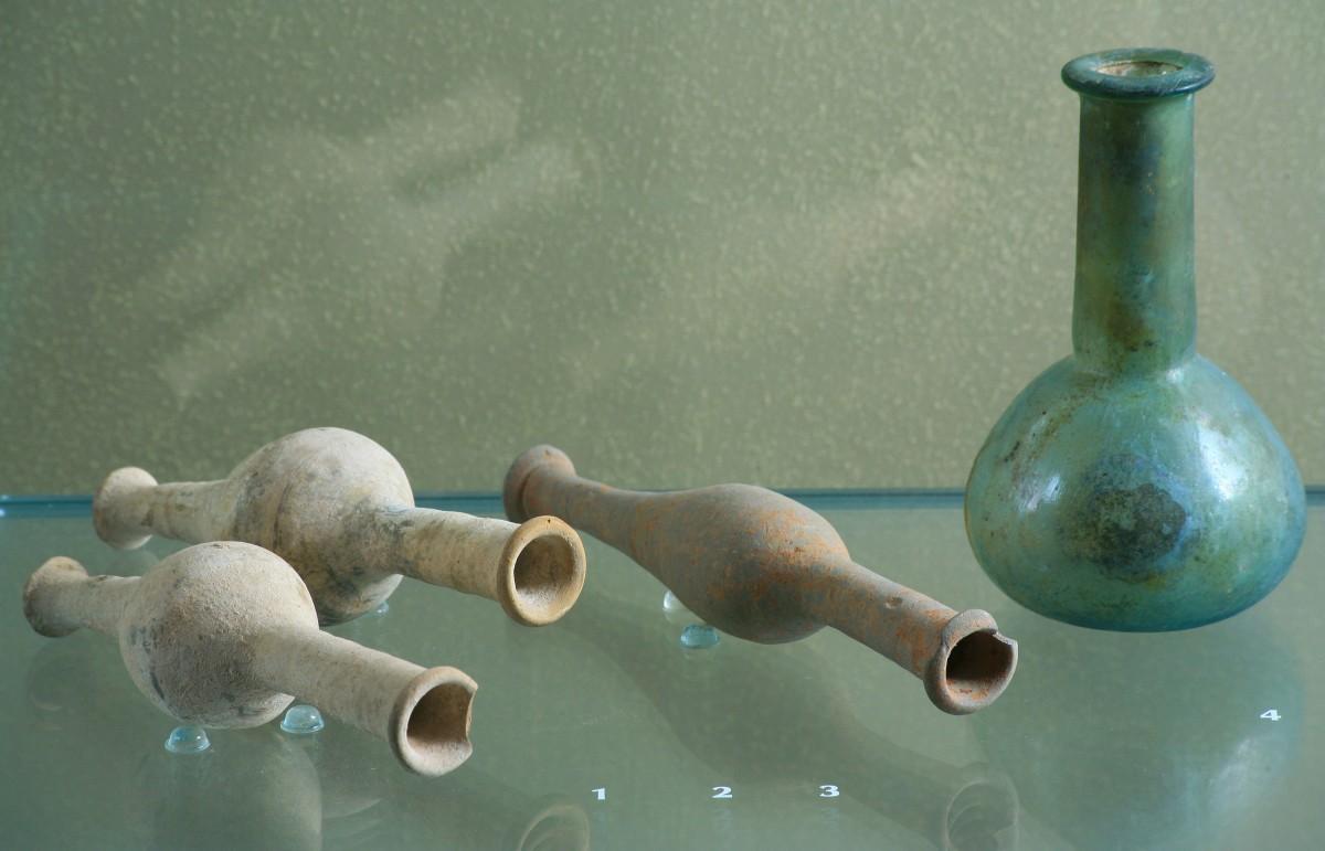 Πήλινα μυροδοχεία, 2ος-1ος αι. π.Χ. Γυάλινο μυροδοχείο, 2ος-3ος μ.Χ. Ρωμαίοι και Βυζαντινοί τα χρησιμοποιούσαν ως πολυτελή μυροδοχεία αλλά και ως ελαιοδοχεία για ιατρική χρήση.