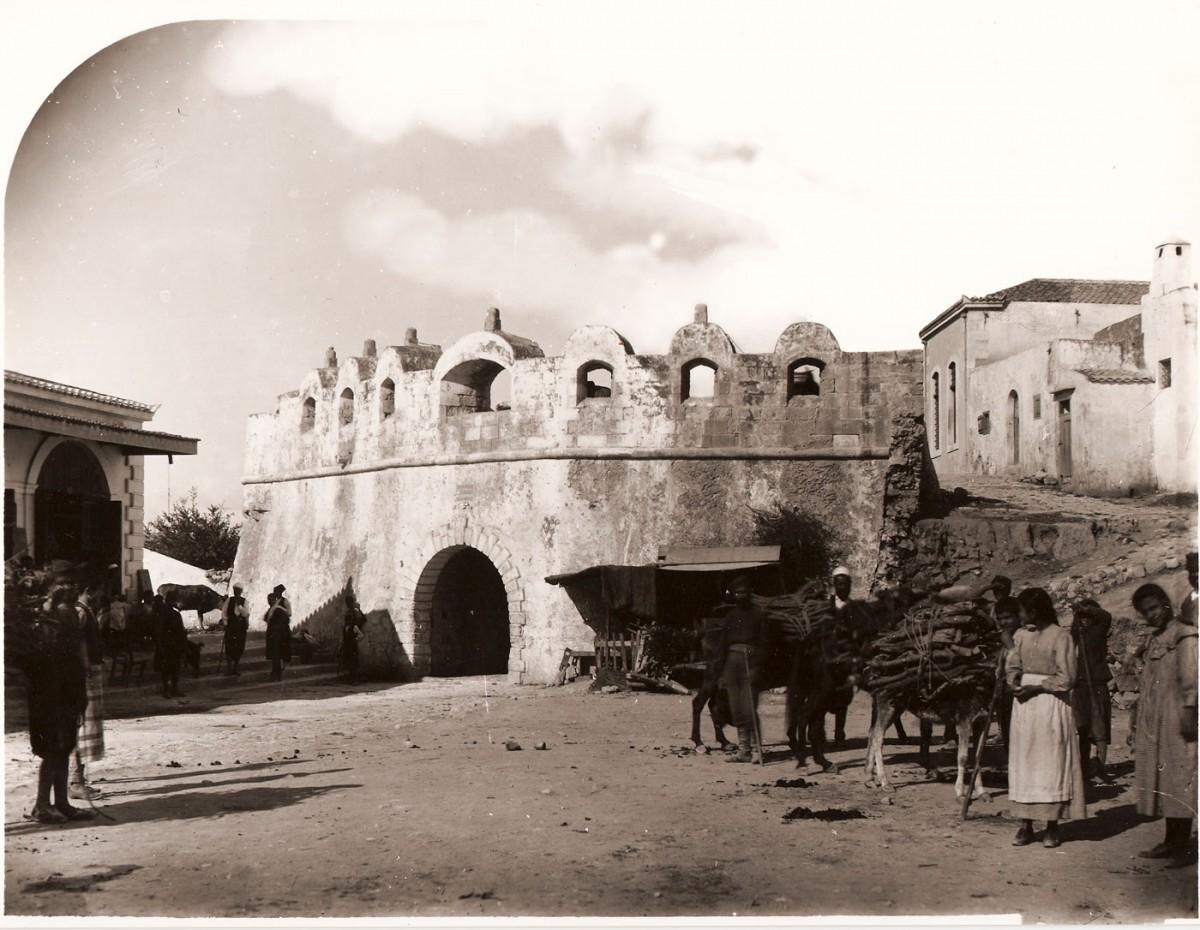Εικ. 4. Η κεντρική πύλη (πύλη Guora) του οχυρωματικού περιβόλου της πόλης του Ρεθύμνου (φωτ. G. Gerola, 1902-1904).