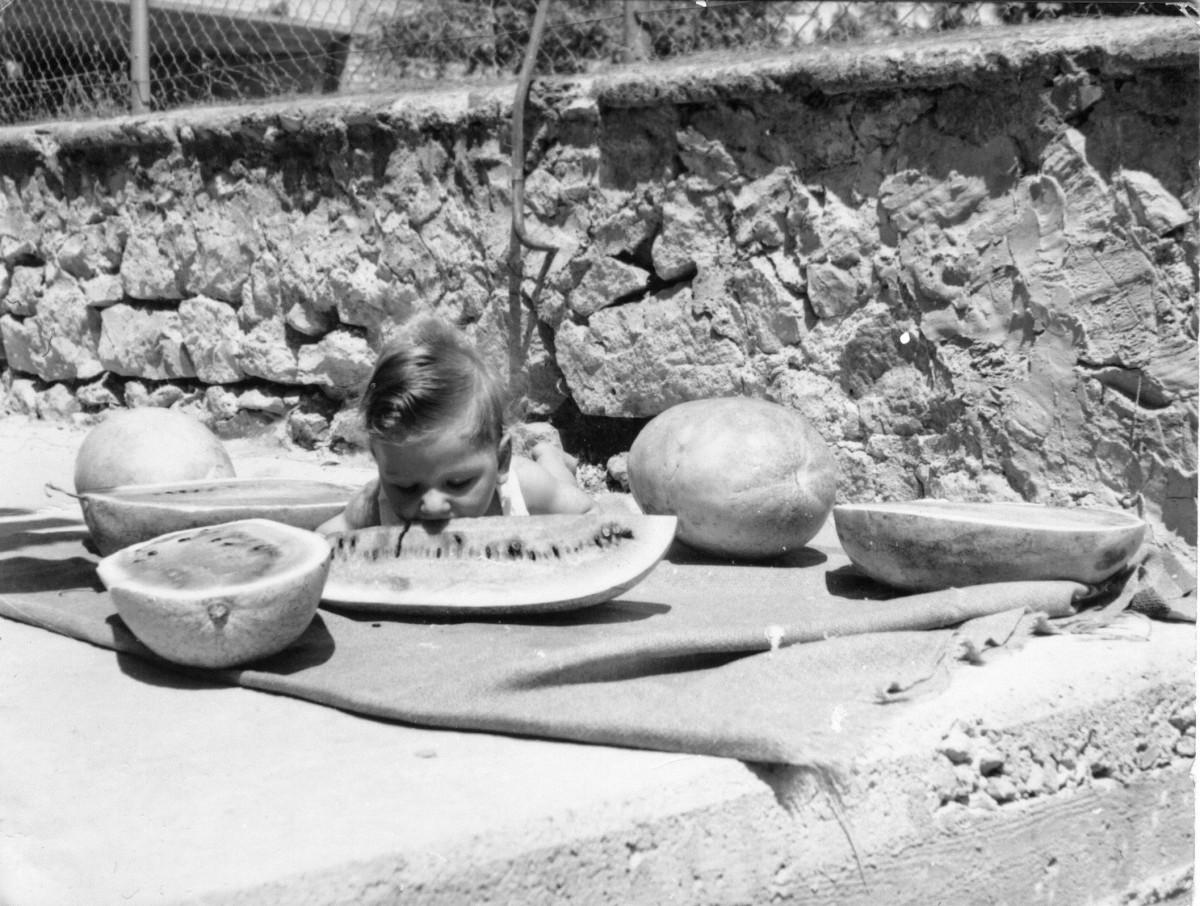 Εικ. 5. Τα χρόνια της αθωότητας. Παιδί με καρπούζι, 1964.