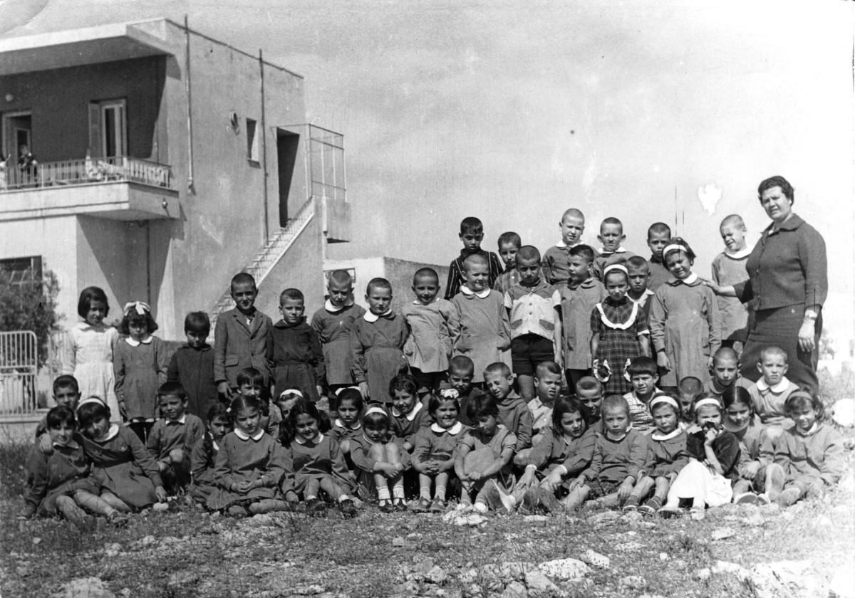 Εικ. 15. Σχολική ζωή, σχολικές και εθνικές εορτές. Δίπλα στο 6ο Δημοτικό, επί της σημ. Υμηττού, 1966.
