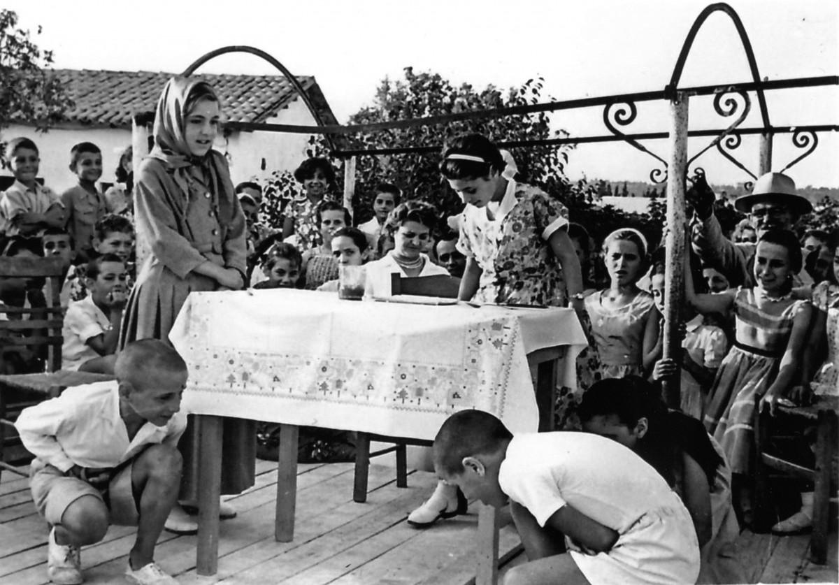 Εικ. 16. Σχολική ζωή, σχολικές και εθνικές εορτές. 2ο Δημοτικό, Αγ. Απόστολοι, 1959.