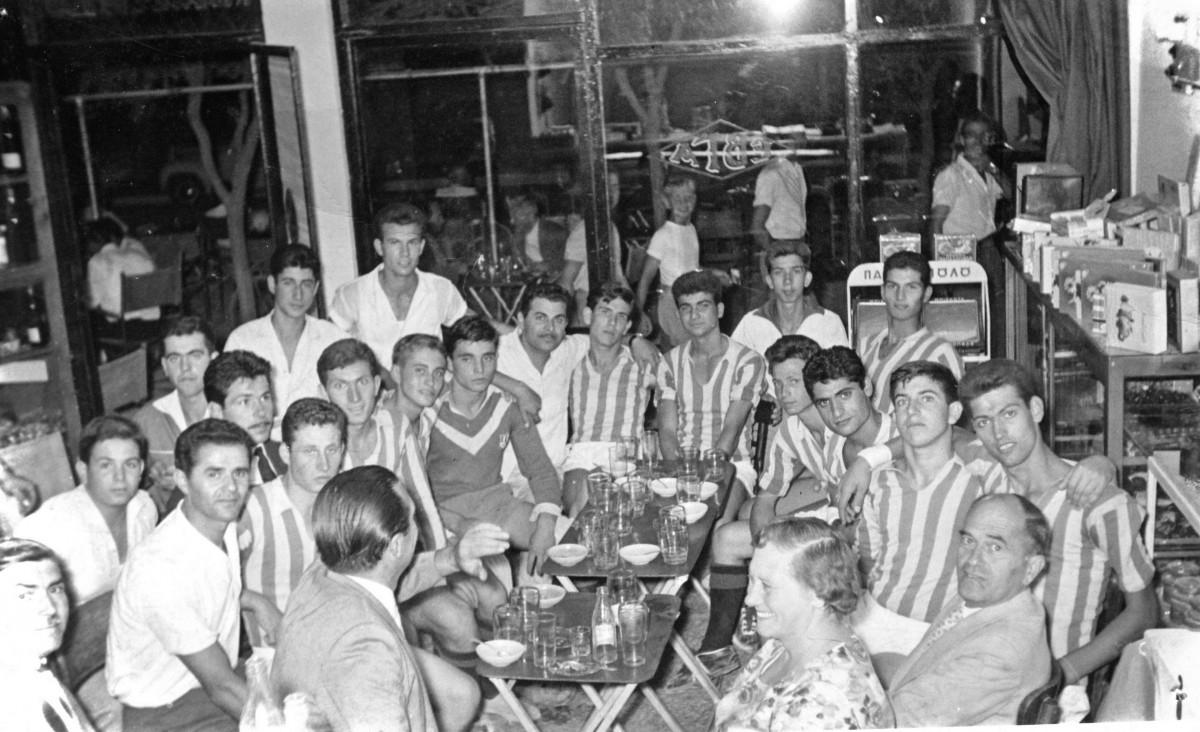 Εικ. 17. Αθλητικά. Επινίκια του Ηρακλή στο Καφενείο Κυνηγών, Κεντρική πλατεία , δεκαετία 1960.