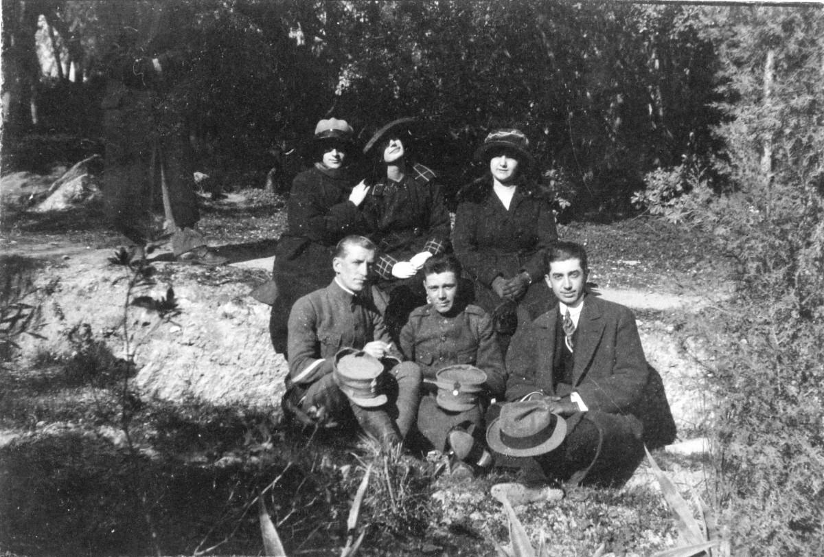 Εικ. 1. Πρώτα χρόνια.  Στιγμιότυπο στη διάρκεια της άδειας από το μέτωπο της Μικράς Ασίας,1921.