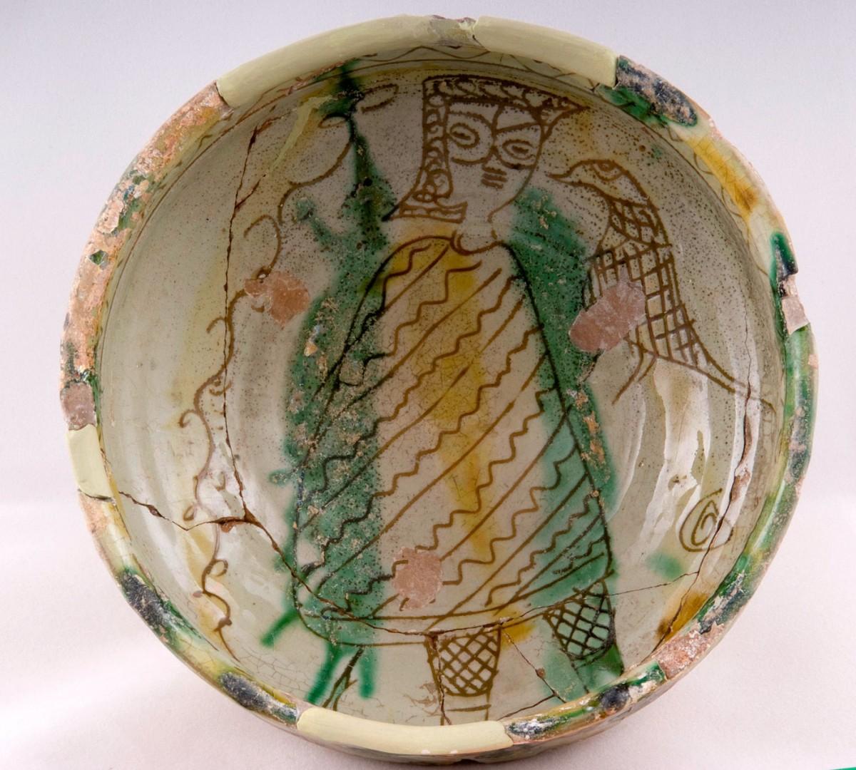 Εφυαλωμένο αγγείο με εγχάρακτη παράσταση κυνηγού γερακάρη. 15ος αι. μ.Χ. Συλλογή: Λεβέντειο Δημοτικό Μουσείο Λευκωσίας. B/2003/021.
