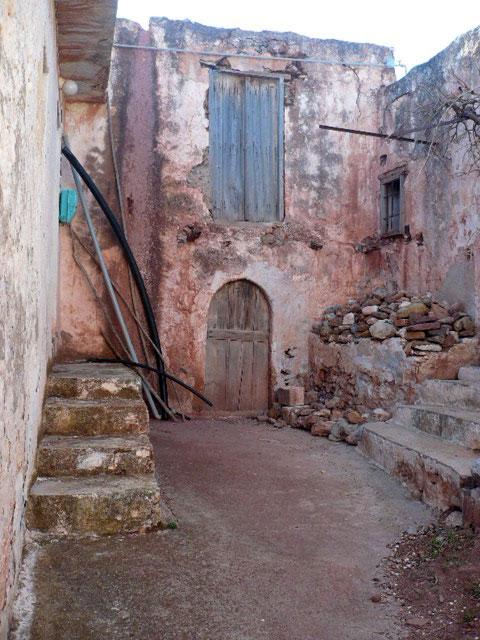 Εικ. 3. Αδραβάστοι. Κατοικία, αυλή και πρόσβαση. Φωτ.: Δ. Μαγγανά.