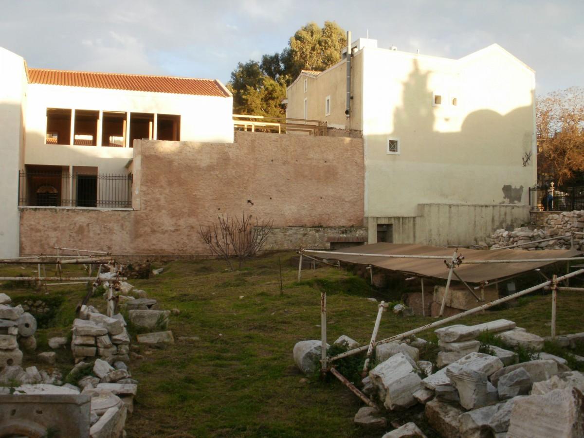 Εικ. 6. Το οικοδομικό τετράγωνο μεταξύ των οδών Αδριανού, Αιόλου, Πελοπίδα και Πανός, φωτογραφημένο από την πλευρά της οδού Πανός. Η οικία Μερτρούδ βρισκόταν στο εμπρός μέρος της φωτογραφίας (φωτογραφία Δ. Ρουμπιέν).