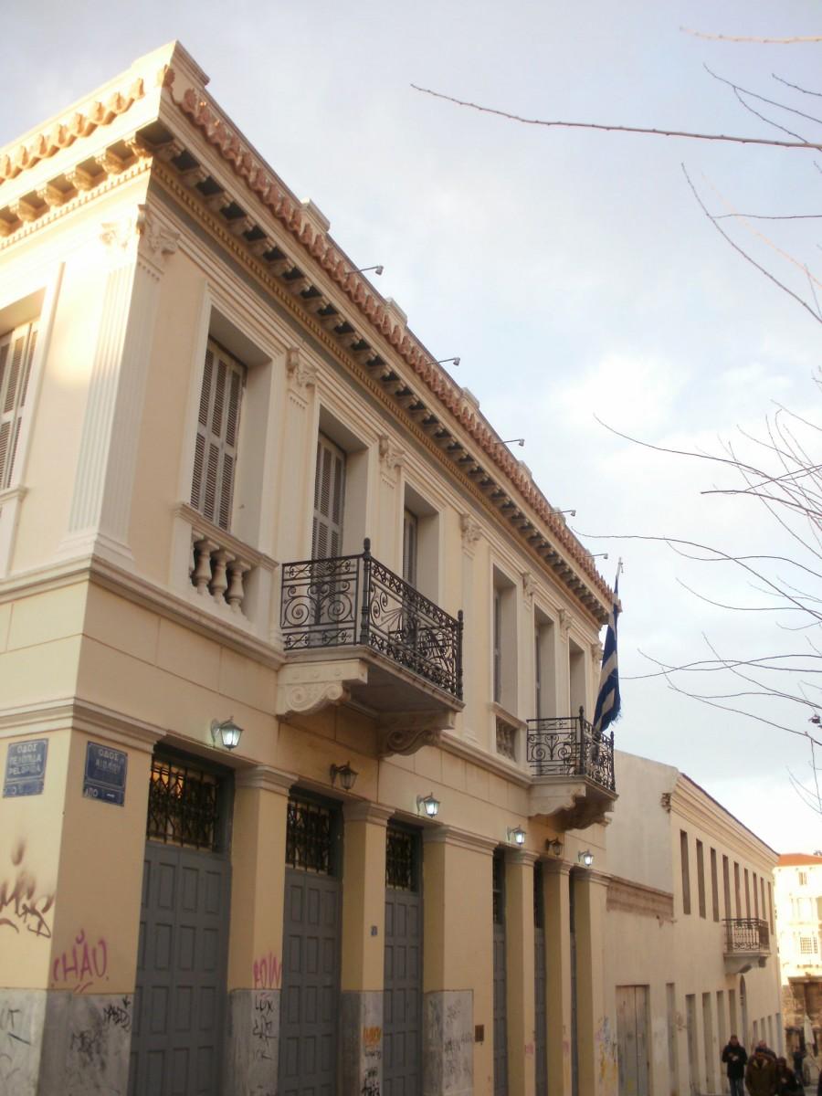 Εικ. 7. Το οικοδομικό τετράγωνο μεταξύ των οδών Αδριανού, Αιόλου, Πελοπίδα και Πανός, φωτογραφημένο από την πλευρά της οδού Αιόλου. Η οικία Μερτρούδ βρισκόταν στο άλλο άκρο. Το κτήριο στο βάθος (γωνία οδών Αιόλου και Αδριανού), οθωνικής αρχιτεκτονικής, φέρει ημερομηνία 1837 (φωτογραφία Δ. Ρουμπιέν).