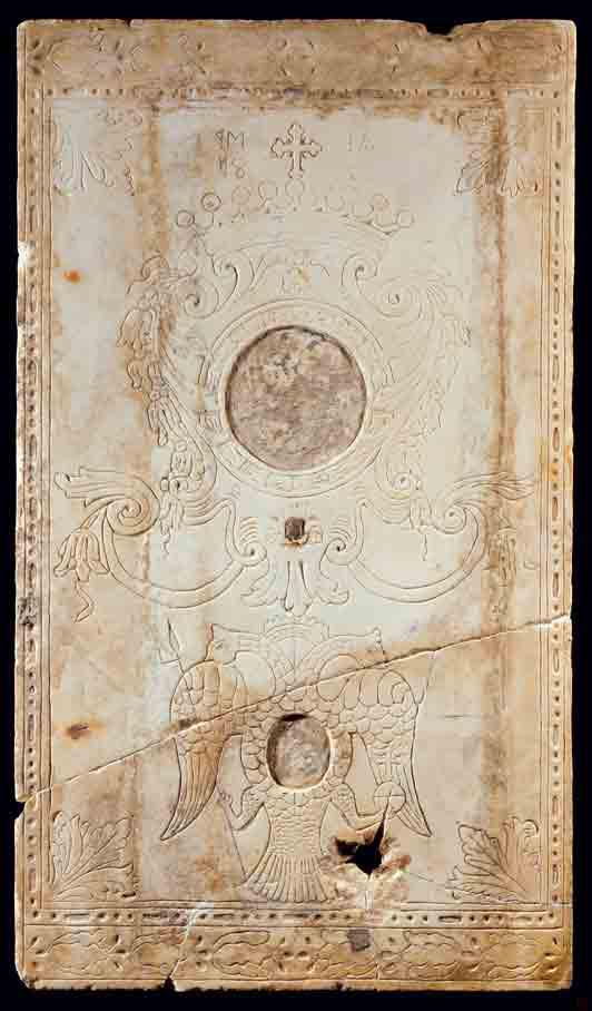 Η αριστερή από τις δύο εγχάρακτες πλάκες του 18ου αιώνα.