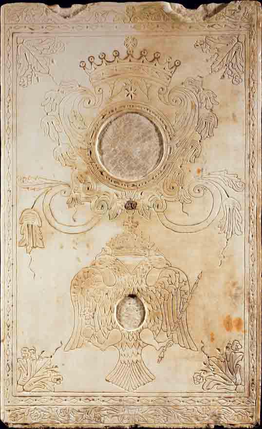 Η δεξιά από τις δύο εγχάρακτες πλάκες του 18ου αιώνα.