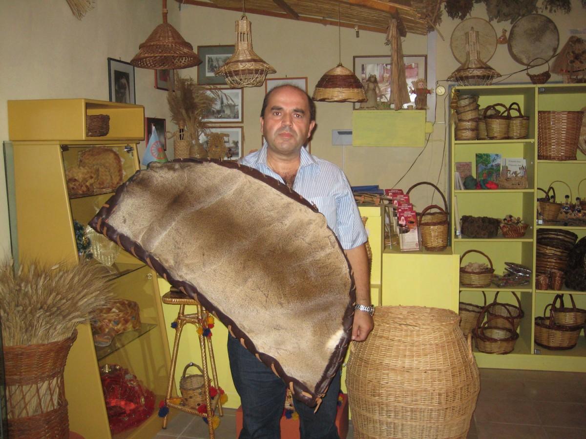 Ο κ. Ράπτης επισημαίνει ότι το Μουσείο δεν περιλαμβάνει αποκλειστικά καλάθια των Ρομά αλλά και καλάθια από πρόσφυγες που ήρθαν στη Θράκη από κάθε γωνιά της Τουρκίας, από Πόντιους, Πομάκους κ.ά.