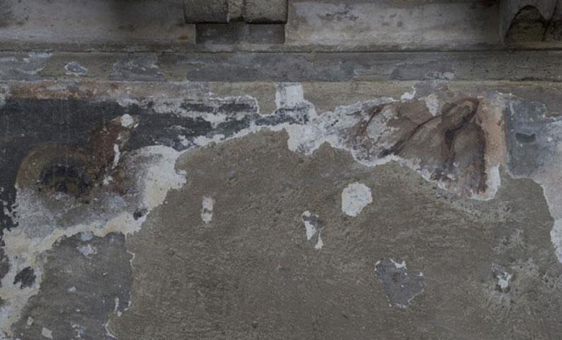 Ρωμαϊκή Αγορά Αθηνών – Ωρολόγιον Ανδρονίκου Κυρρήστου, άποψη του εσωτερικού του μνημείου και της ζώνης της τοιχογραφίας (φωτ. ΥΠΟΠΑΙΘ).