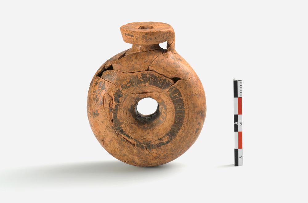 Δακτυλιόσχημος αρύβαλλος που είχε τοποθετηθεί ως κτέρισμα σε πιθοταφή (φωτ. Εφορεία Αρχαιοτήτων Άρτας).