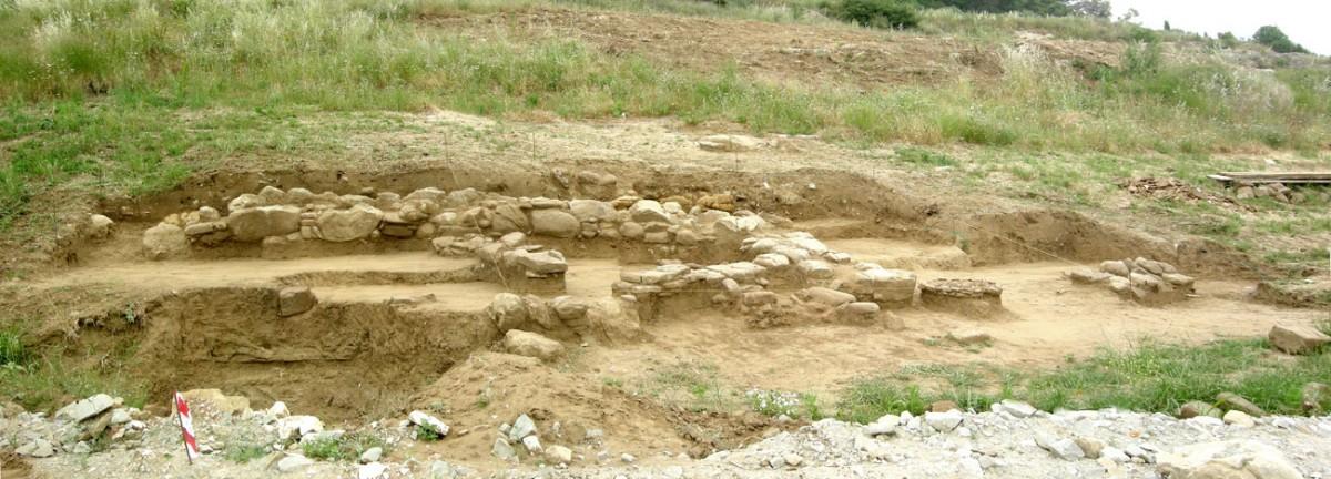 Σε έκταση μήκους περίπου 150 μ. εντοπίστηκαν και ερευνήθηκαν τέσσερα οικιστικά σύνολα (φωτ. Εφορεία Αρχαιοτήτων Άρτας).
