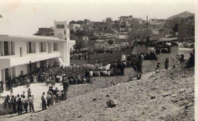 Η φωτογραφία είναι από το αρχείο του Βασίλη Σπαχή. Απαθανατίζει τα εγκαίνια του Σταυράκειου Γυμνασίου Ανωγείων το 1954.