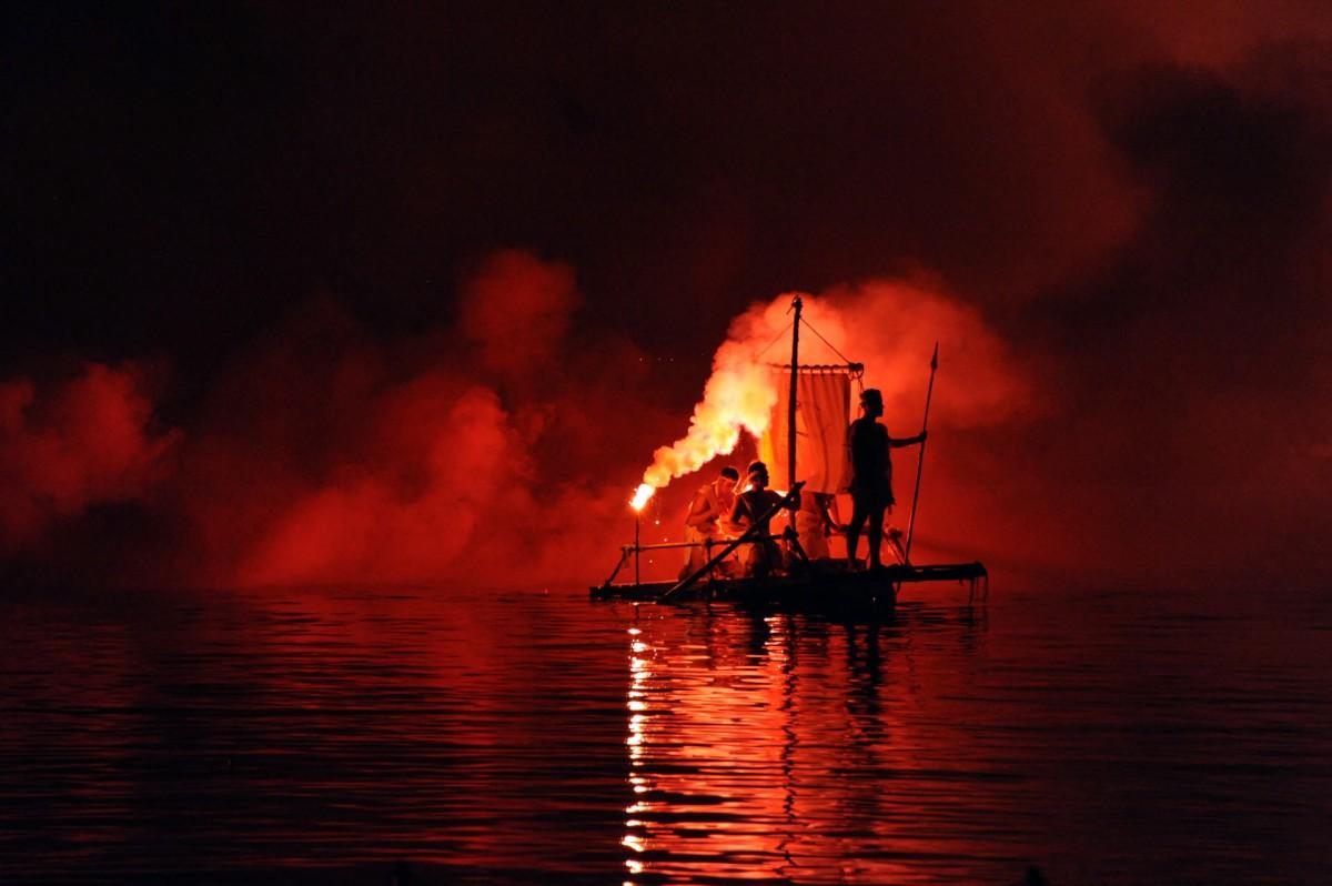 Κάθε χρόνο η Παλαιοκαστρίτσα της Κέρκυρας «πνίγεται» από τουρίστες που έρχονται για να παρακολουθήσουν την αναπαράσταση της «Βαρκαρόλας».