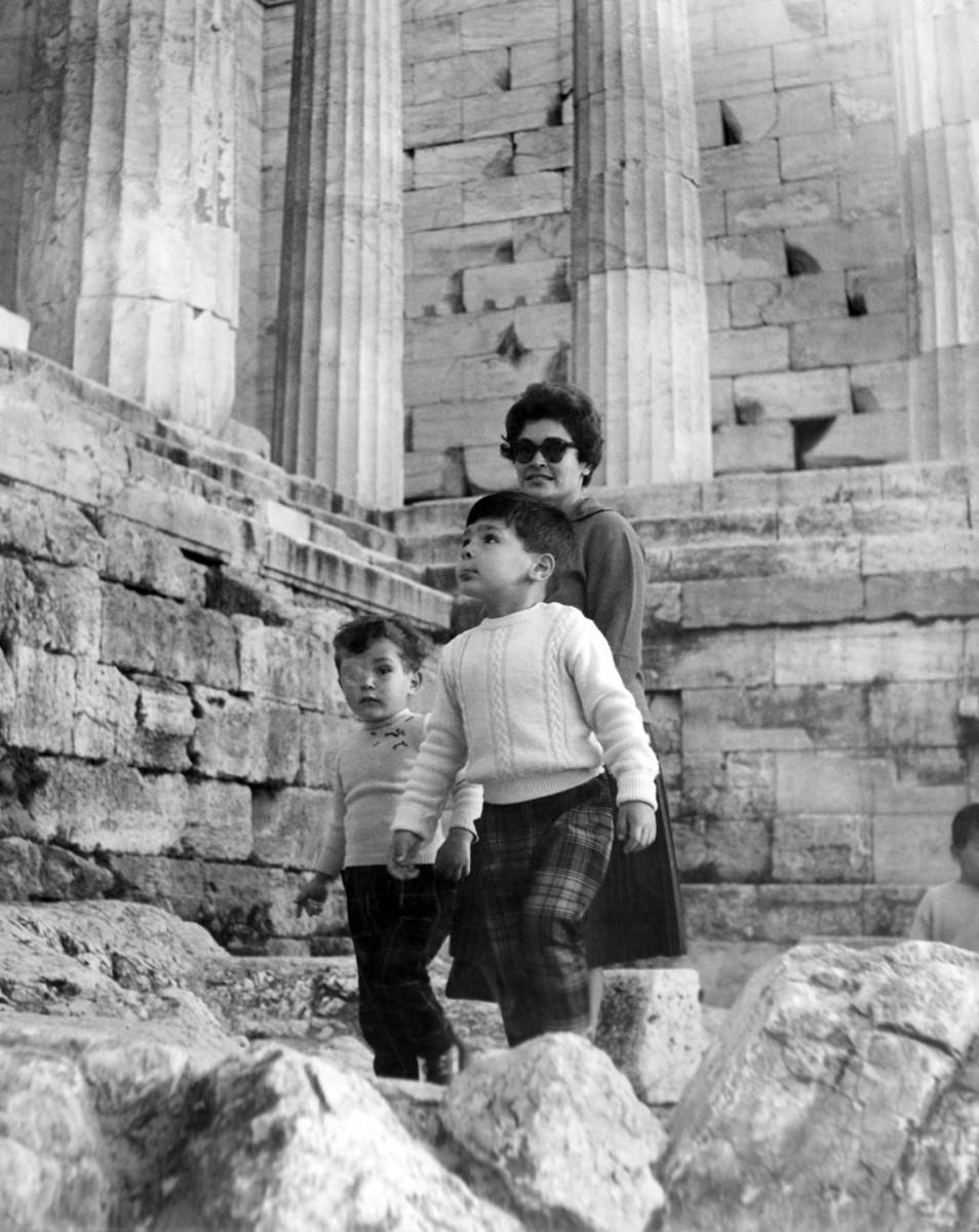 1961. Ο Αλέξανδρος Μαζαράκης Αινιάν επισκέπτεται για πρώτη φορά την Ακρόπολη με τη μητέρα του και το μεγάλο αδελφό του.