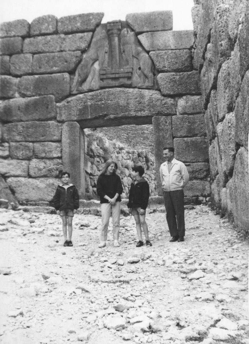 1969. Ο Αλέξανδρος Μαζαράκης Αινιάν σε στάση προσοχής στις Μυκήνες με τους γονείς του, τον αδελφό και την ξαδέλφη του  (φωτογραφία της μητέρας του).