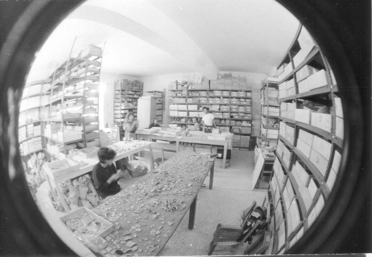 Αρχές δεκαετίας 1980, στις αποθήκες του παλιού μουσείου της Ερέτριας, ο Αλέξανδρος Μαζαράκης Αινιάν καταγράφει με τους συμφοιτητές του τα ευρήματα από την ανασκαφή του Πέτρου Θέμελη.