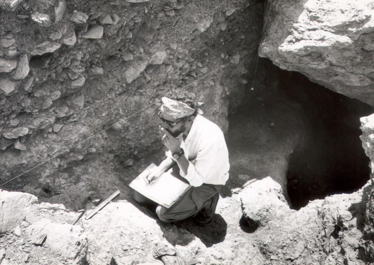 Αλέξανδρος Μαζαράκης Αινιάν, τέλη δεκαετίας 1980. Ανασκάπτοντας υπό την καθοδήγηση της Λίλας Μαραγκού το γεωμετρικό ιερό στη Μινώα της Αμοργού  (φωτ. Λίνα Λύχνου).