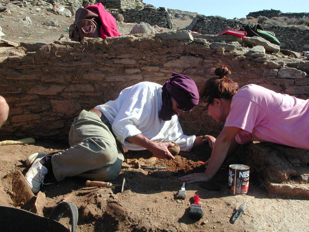 Ανασκαφή του «αδύτου»  του αρχαϊκού ναού στην Κύθνο, 2002 (φωτ. Χριστίνα Μητσοπούλου).