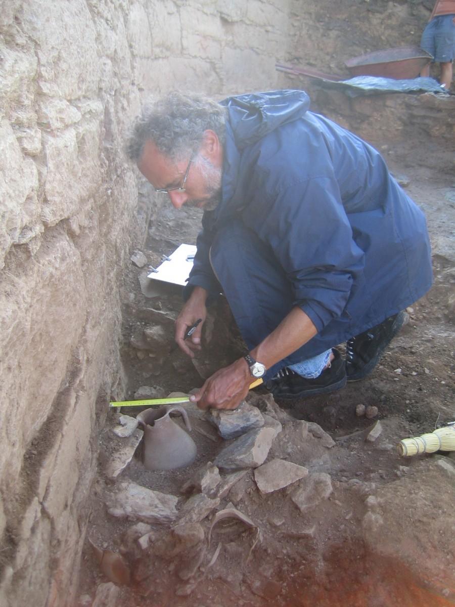 Αλέξανδρος Μαζαράκης Αινιάν. Ανασκαφή στο ιερό της αρχαίας Κύθνου, 2005 (φωτ. Χριστίνα Μητσοπούλου).