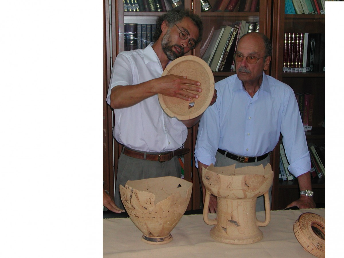 Δεκαπενταύγουστος 2003. Επίσκεψη του Προέδρου της Δημοκρατίας Κωστή Στεφανόπουλου στη Χώρα της Κύθνου. Ο Αλέξανδρος Μαζαράκης Αινιάν τον ξεναγεί στις αρχαιότητες (φωτ. Λίνα Λύχνου).