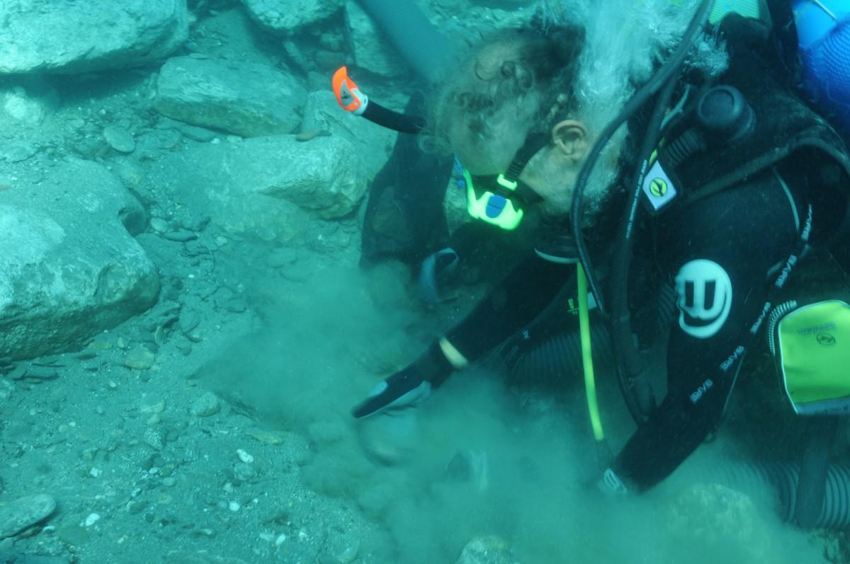 Ανασκάπτοντας το αρχαίο λιμάνι της Κύθνου, 2010.