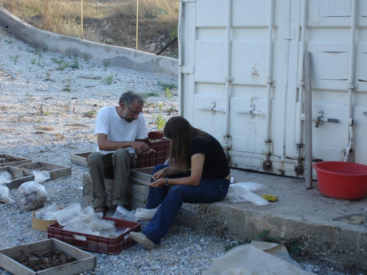 Καταγράφοντας τα ευρήματα από το ιερό του Απόλλωνος στο Σωρό, 2006.