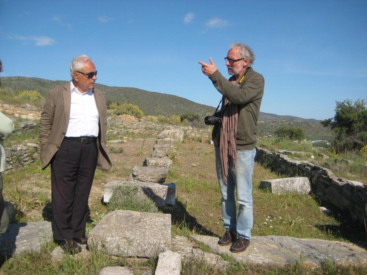 Πρωτομαγιά 2014. Ο Αλέξανδρος Μαζαράκης Αινιάν ξεναγεί τον Πέτρο Θέμελη στο ιερό του Απόλλωνος στο Σωρό (φωτ. Λεωνίδας Χατζηαγγελάκης).