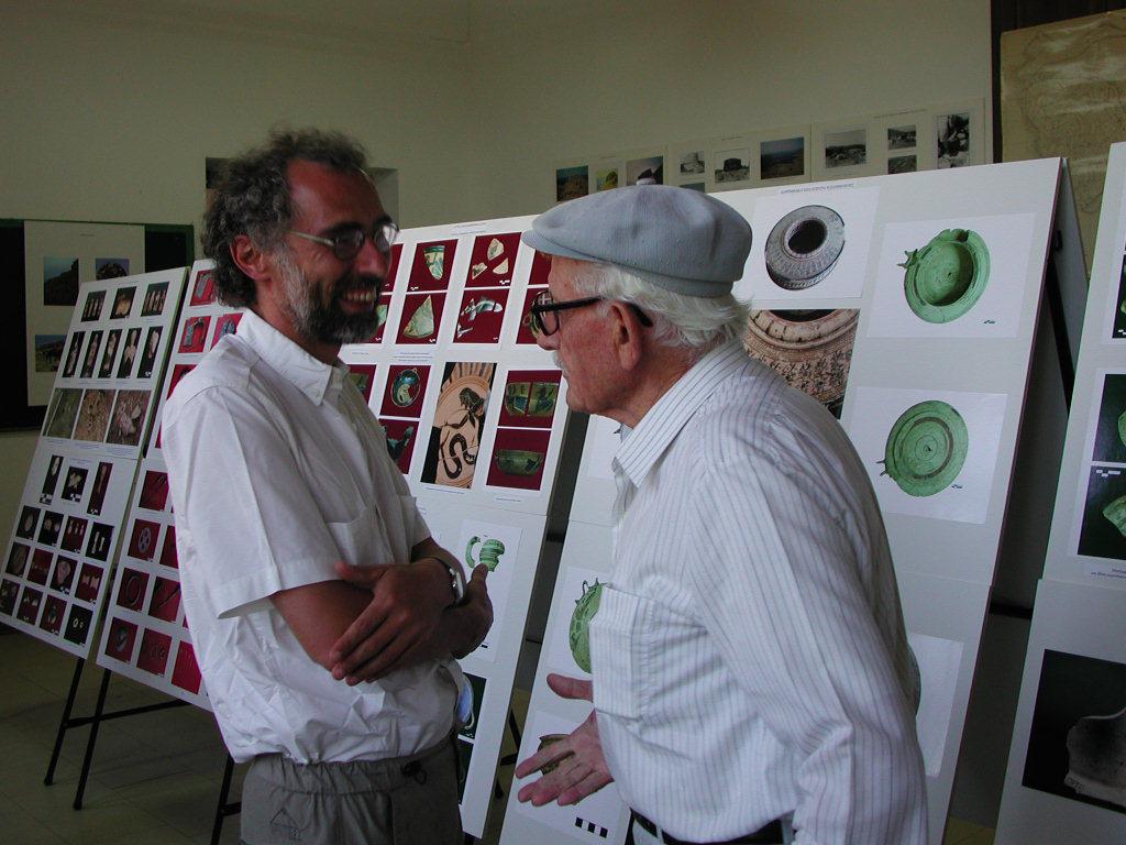 Χώρα Κύθνου, 2003. Έκθεση φωτογραφιών για τις ανασκαφές στην αρχαία πόλη.